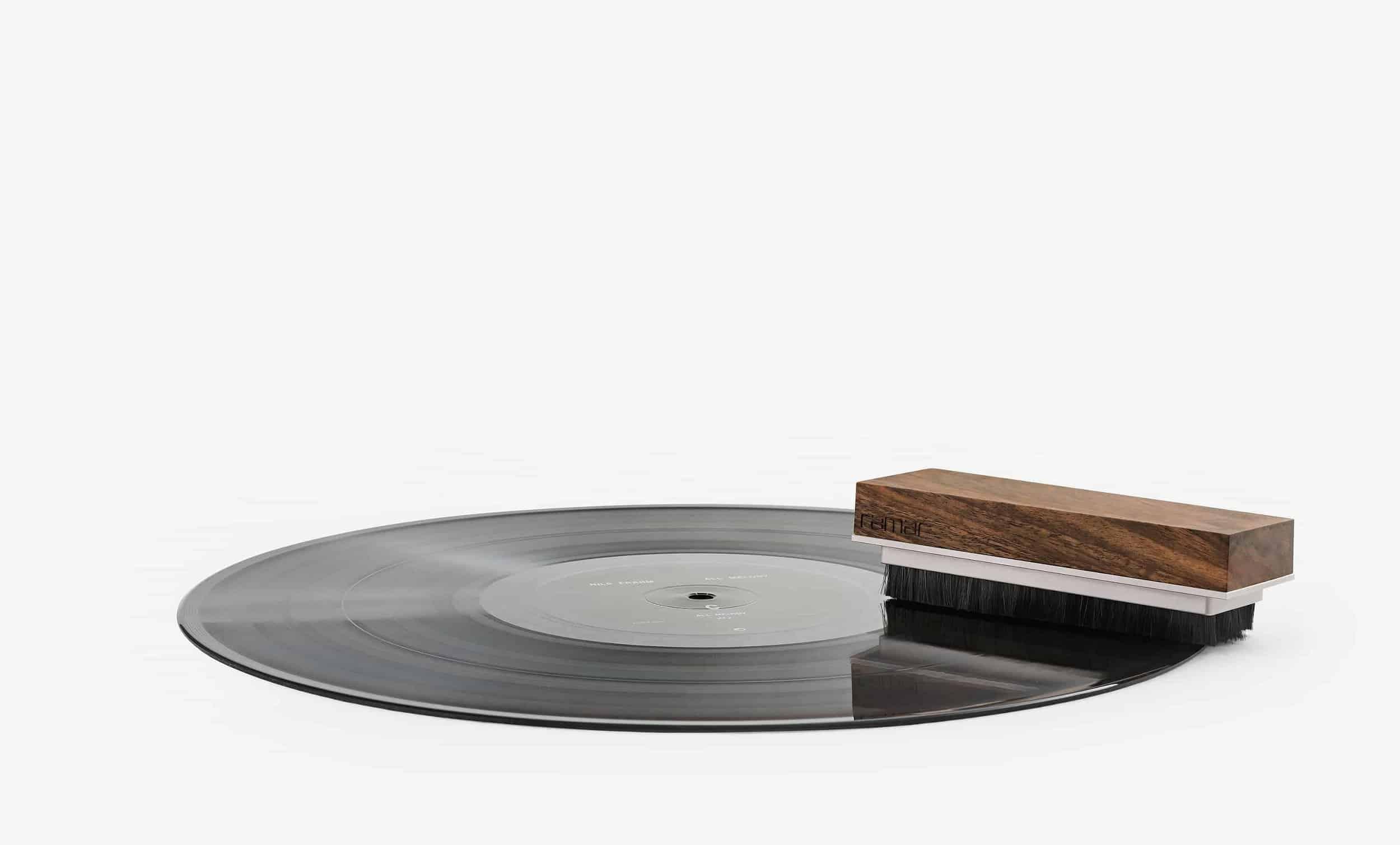 Tina Schallplattenbürste von ramar liegt auf einer Schallplatte. Record brush.