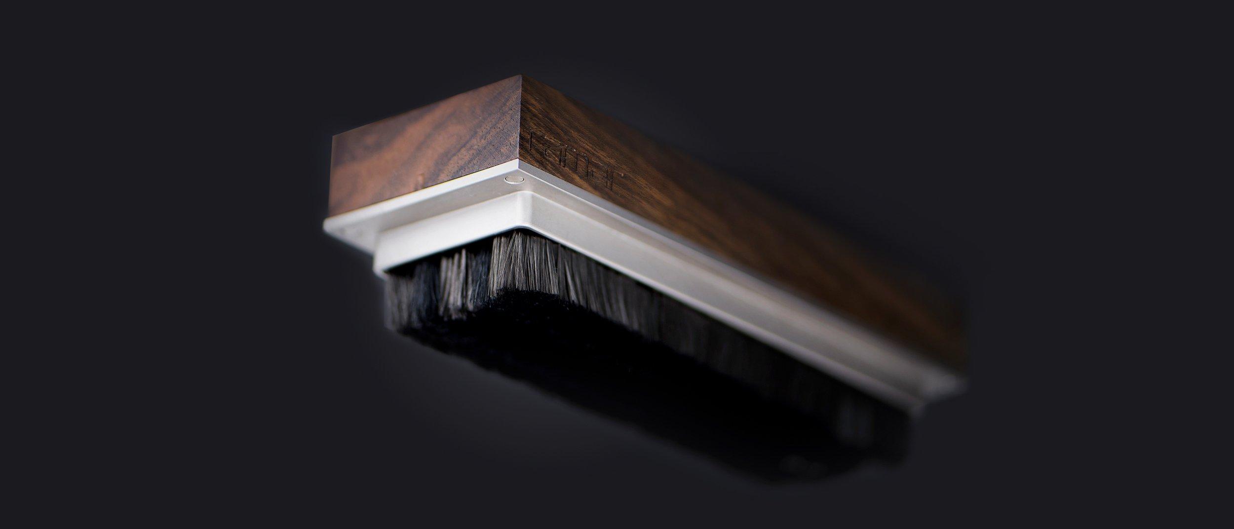 Tina ist eine Schallplattenbürste von ramar handgefertigt aus Nussbaum. Record brush.